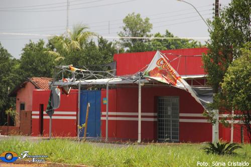 Vendaval derruba fachada de mercado em Bela Vista