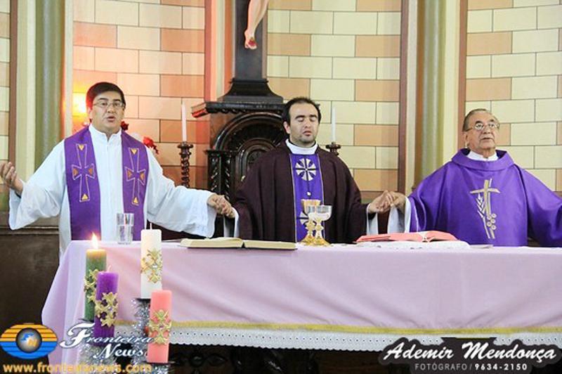 Padre Aristides reza Primeira missa depois de sua ordenação