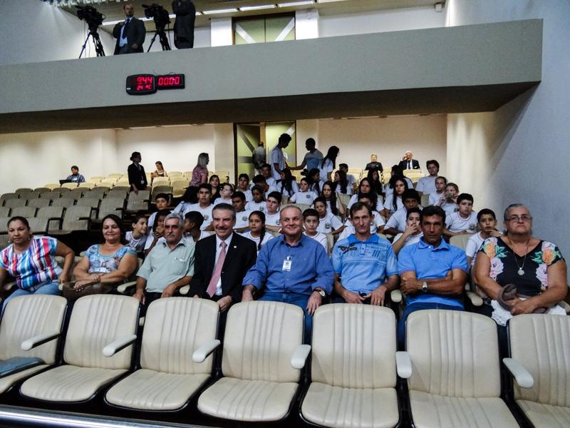 Alunos de Caracol visitam Assembleia e faculdade de tecnologia e município ganha mais salas de aula