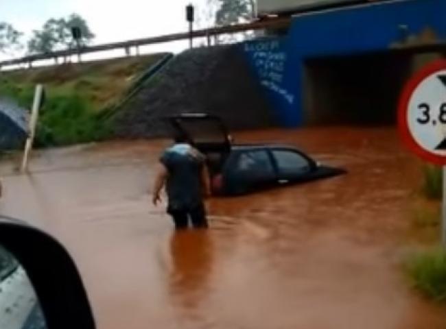 DOURADOS – chuva em Dourados arrasta carro, alaga ruas e interdita túneis