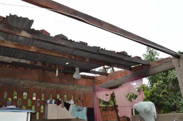Temporal e vento destelharam 200 casas e 180 árvores foram danificadas