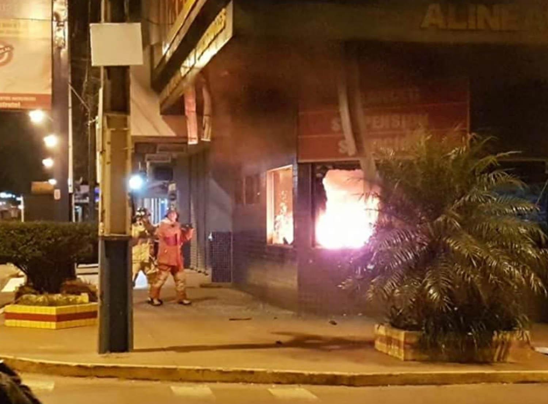 Empresa Pneus Porã é incendiada durante a madrugada na fronteira