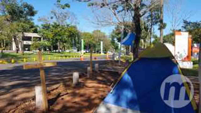 Frio não intimida e policiais continuam acampados em frente à governadoria