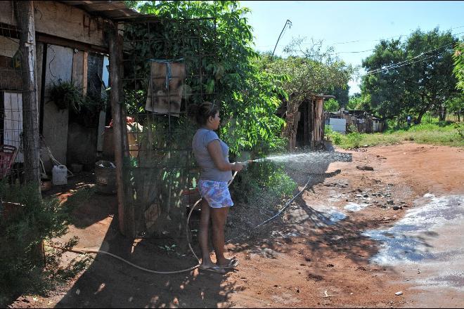 Onde álcool em gel não chega, é com etanol e doação de sabão que favela se protege