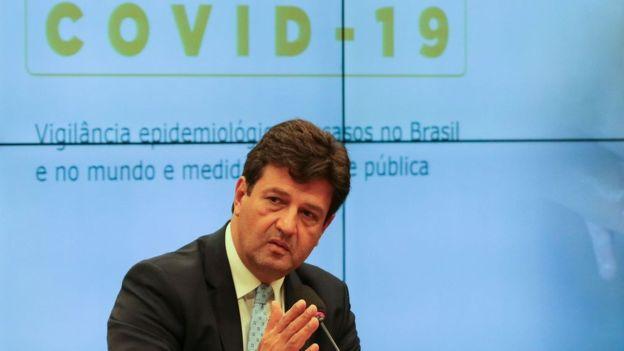 Saúde prevê escolas fechadas e isolamento de idosos em abril; Bolsonaro quer comércio aberto