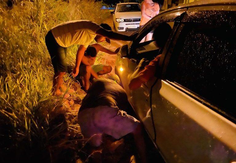 DESCASO: Acompanhada de duas crianças, mulher cai com veículo dentro de buraco na Rua Pedro Álvares Cabral