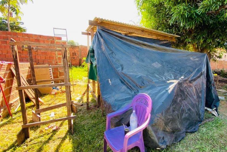 Morando em um barraco de lona, família com três crianças vive em condições precárias em Bela Vista
