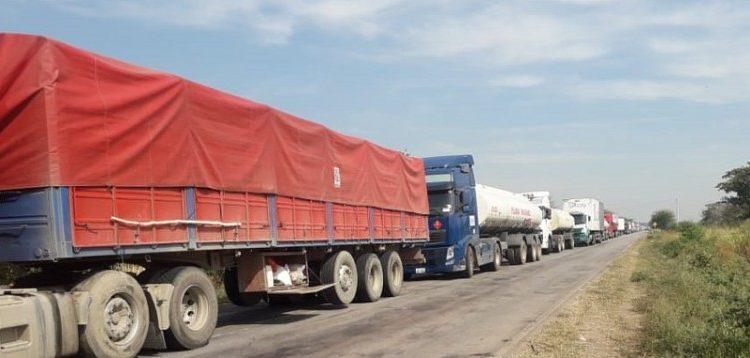 Bloqueio da Estrada Bioceânica deixa 250 caminhões parados na fronteira entre a Bolívia e MS
