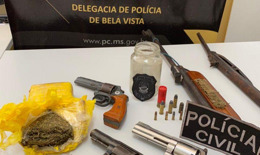 POLÍCIA CIVIL DE BELA VISTA APREENDE QUATRO ARMAS DE FOGO E DROGAS E PRENDE DOIS INDIVÍDUOS EM FLAGRANTE