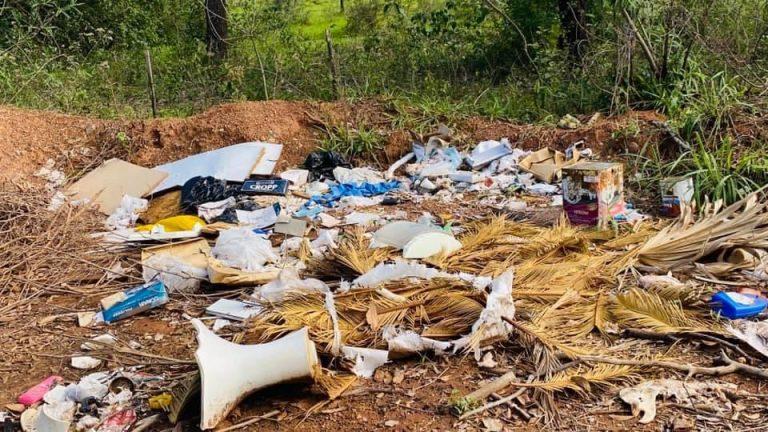 BELA VISTA: Lixo e carcaça de animais ocupam rua ao lado do Parque de Exposição Rio Apa