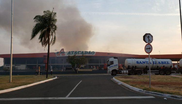 Mais de 12h após incêndio, fumaça ainda é vista de longe em Atacadão destruído pelo fogo