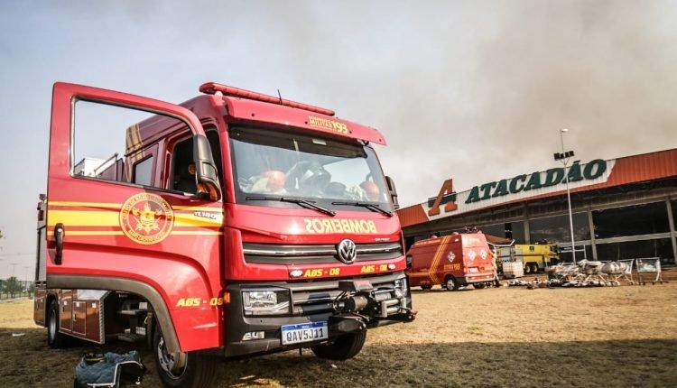 Risco de desabamento: Bombeiros combatem chamas de fora do Atacadão e usaram mais de 365 mil litros de água