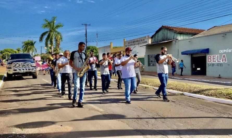 Caminhando e cantando pelas ruas de Bela Vista, membros da Igreja Assembleia de Deus Missões fazem momento de oração no Hospital São Vicente de Paula