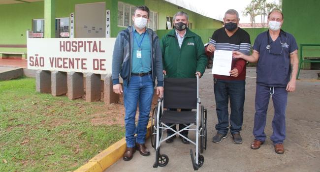 Vereador Hemerson Buiu doa cadeira de rodas para hospital São Vicente de Paula