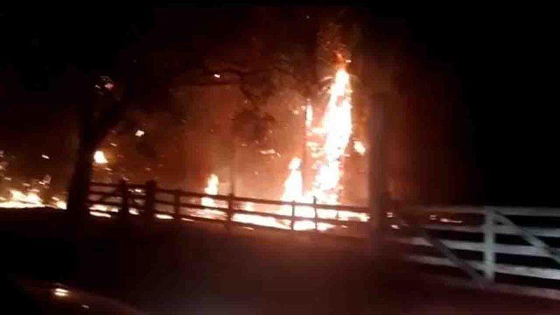 Incêndio que já dura 10h cerca região de chácaras e fogo ameaça atingir casas em Bela Vista