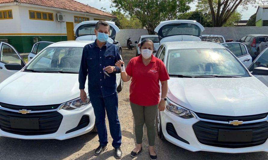 Ao lado da secretária de saúde, secretário de fazenda Aires Cafure faz entrega de 2 veículos 0KM